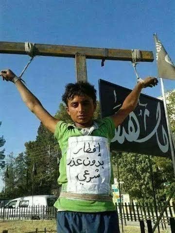 داعش کودکی را به بهانه روزهخواری به صلیب کشید ! + عکس
