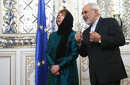 به تصویر خانم اشتون نگاه کنید که چگونه مجبور شده است حجاب اجباری سر کند و خود را به این شکل مسخره در آورد تا بتواند با وزیر خارجه جمهوری اسلامی مذاکره کند!